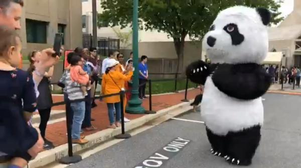 在中国大使馆门外排队的美国民众