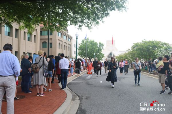 观众在中国驻美使馆外排起长队(国际在线)