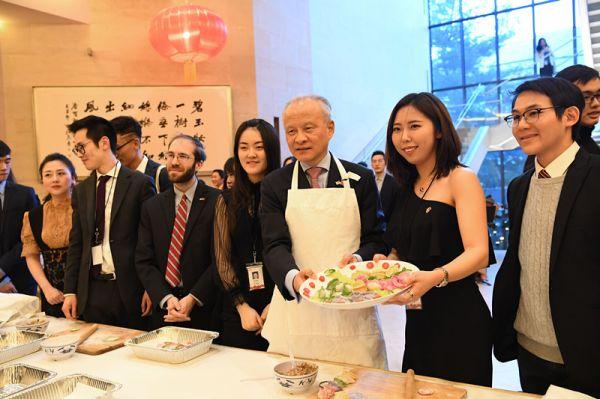 资料图片:崔天凯大使与中美青年一同包饺子。(中国驻美大使馆网站)