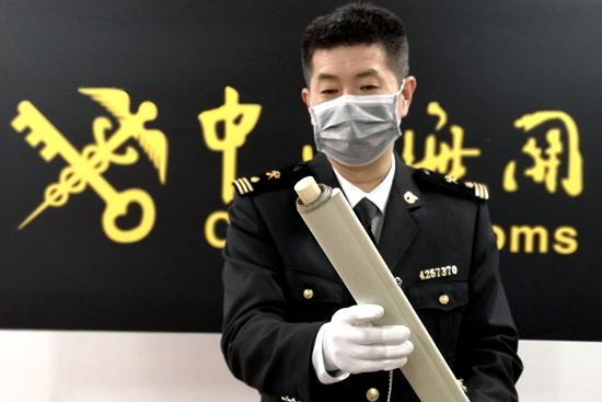 4月22日,青岛海关关员在清点查获的象牙制品。(张进刚 齐振华 摄)13854260100.jpg
