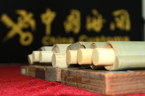 4月22日,青岛海关关员在清点查获的象牙制品。(张进刚 齐振华 摄) 13854260100.jpg