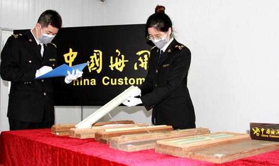 4月22日,青岛海关展示此次共查获的象牙制品13件。(张进刚 齐振华 摄)13854260100.jpg