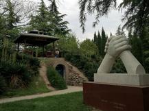 三门峡中日友好园内的中日友好纪念亭和三门峡市和日本北上市缔结友好城市20周年纪念碑。_1.jpg