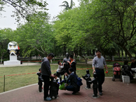 2019年五一期间三门峡市民在中日友好园内休憩。左后为象征着中日文化交流的日本傩舞面具雕塑。_1.jpg