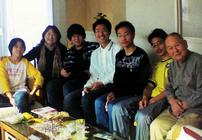 石川一郎(右一)一家人和在他家住宿的的中国中学生合影。_1.jpg