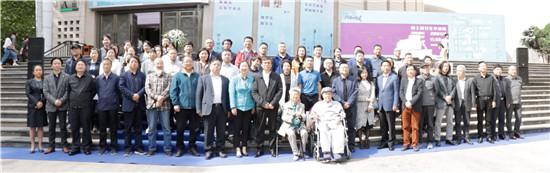 开幕式领导、嘉宾、导师和毕业生代表合影_副本.jpg