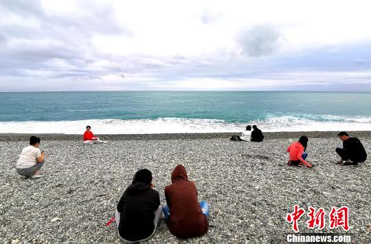 迷人的东海岸线吸引一批又一批旅客前来观赏。 钟欣 摄