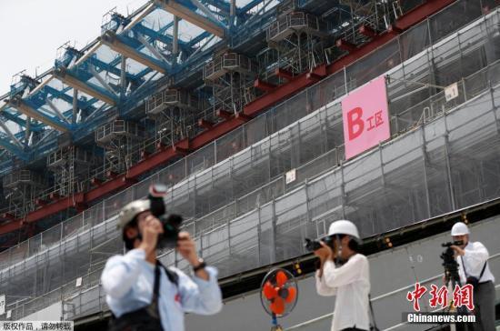 资料图:当地时间2018年7月18日,日本东京奥运会和残奥会的主体育场内,大批记者前来采访,当天温高达43.1摄氏度。