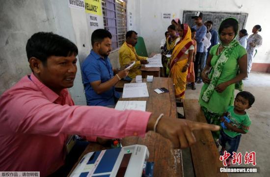 资料图:印度选民参加大选投票。