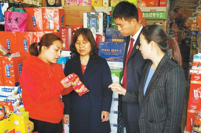 人大代表和检察官对校园及周边食品经营户走访