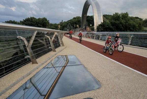 基辅景观桥开通翌日就开裂 民众:市长带头在桥上跳的