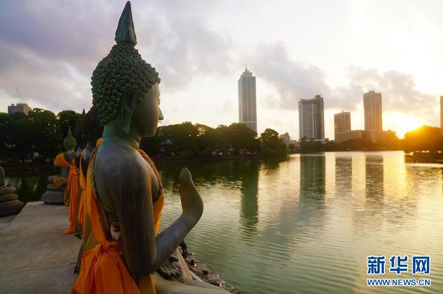 宁静的科伦坡贝拉湖水中庙