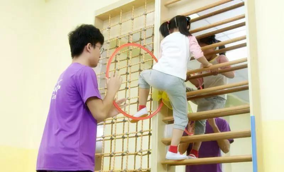 红黄蓝亲子园专注课程研发,促进孩子全面发展
