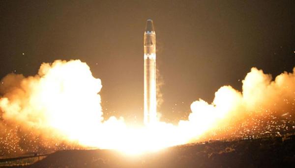 """朝鮮官方公布的""""火星-15""""型導彈發射瞬間照片"""
