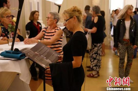 中国原创歌剧吸引了不少当地观众前来观看。剧团供图