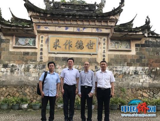中国侨网福安市副市长谢嘉林、林海陪同陈世金会长一行参观中国历史文化名村廉村,感受廉政文化。 夏芳 摄