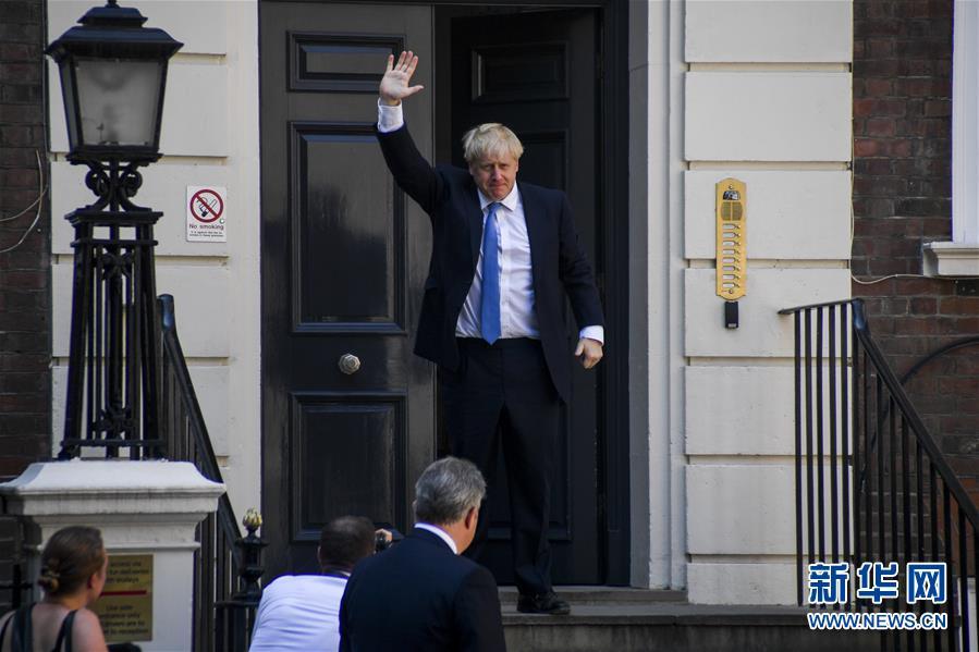 7月23日,在英国伦敦,当选英国保守党领袖的鲍里斯·约翰逊抵达保守党总部后挥手。.jpg