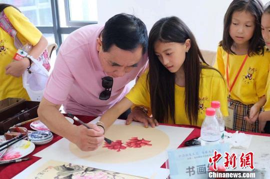 营员们学习中国画 鹿城宣传部供图