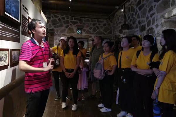 两岸大学生在加德纳展览馆聆听房屋主人的精彩故事。