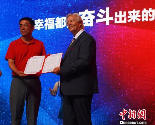图为英国文化学院与通辽市签订合作协议。 赵晗 摄