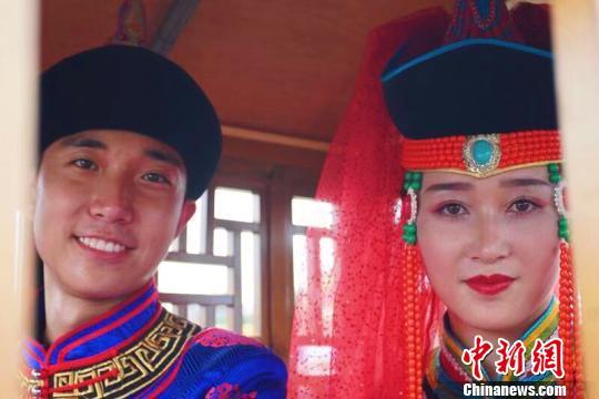 图为敖包相会的蒙古族青年。 赵晗 摄