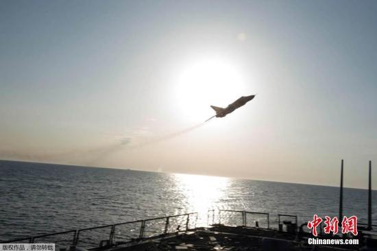"""据外媒4月13日报道,美国军方称,两架俄罗斯战斗机在波罗的海上空飞临美国导弹驱逐舰时,进行了""""模拟攻击""""。该官员称,俄罗斯的苏-24战斗机11次飞过战舰所在海域附近,并多次抵近美军舰,这打破了水面上的平静。而一架俄罗斯卡-27""""蜗牛""""(Helix)直升机也环绕美海军""""唐纳德·库克号"""" 飞行多达7次,并进行了拍照。据报告称,俄罗斯战机曾距离美国战舰仅仅9米,在战舰旁边激起水波。"""