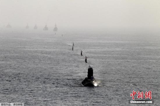 """当地时间2月22日,伊朗海军在霍尔木兹海峡和阿曼湾等海域开始举行为期3天的大规模军事演习。据伊朗媒体22日报道,此次演习代号为""""守卫-97"""",主要包括海上阅兵、作战演训、海上和海岸反恐、导弹等武器试射4项。"""