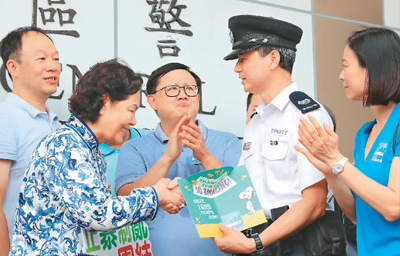 """""""警队加油!香港加油!"""""""