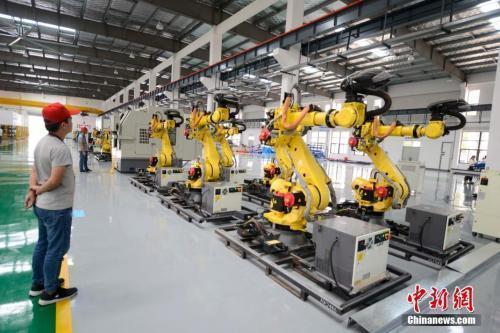 资料图:机器人生产车间。