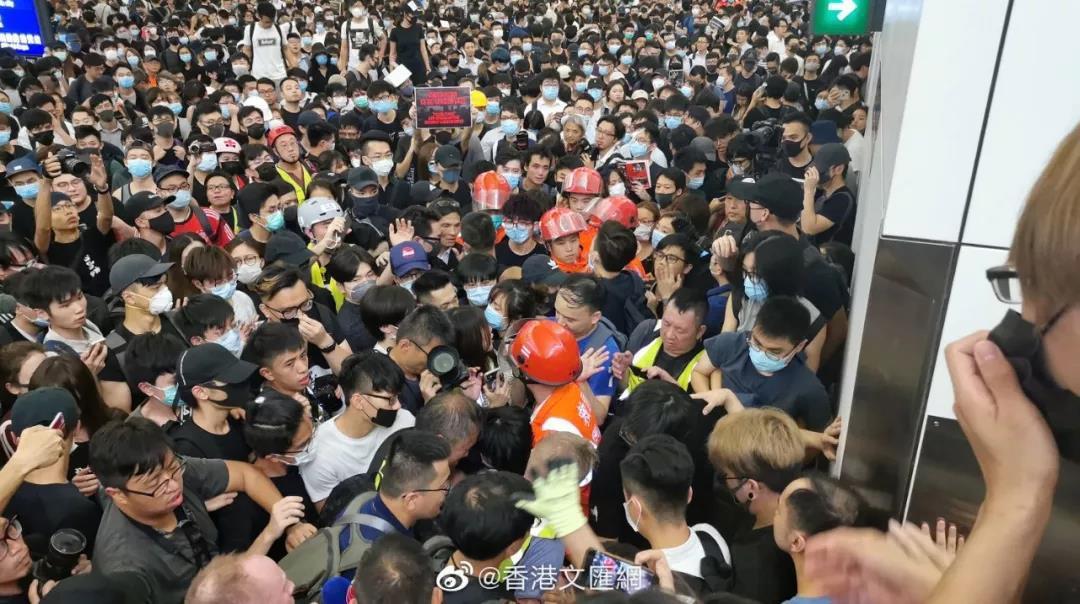 央视:在中国香港拿着美国国旗追打同胞 岂有此理