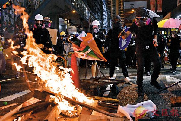 0806 暴徒在铜锣湾街头纵火 文汇报.jpg