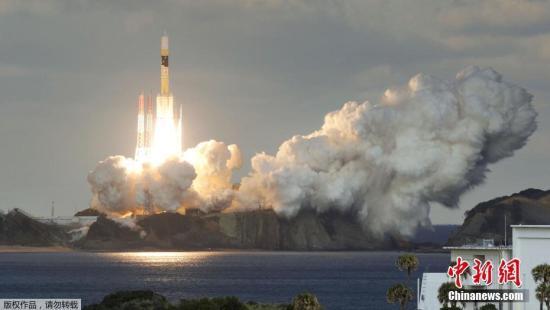 """日本防卫省的首颗""""防卫通讯卫星"""",1月24日下午从位于鹿儿岛县的种子岛宇航中心发射升空,并在大约30分钟后进入预定轨道。这是日本防卫省首次专门投入的军事通讯卫星。日本防卫省及合作实施该项目的三菱重工方面,当天并未公布诸如卫星分离入轨时间、高度等具体信息。而据此间日媒披露,该批被命名为""""煌""""的新型军事通讯卫星,比起日本防卫省迄今应用的民用型卫星,其通讯速度大幅提升,容量也有大幅增加,可供展开于海内外各地的陆海空多支自卫队部队同时共享情报信息。"""