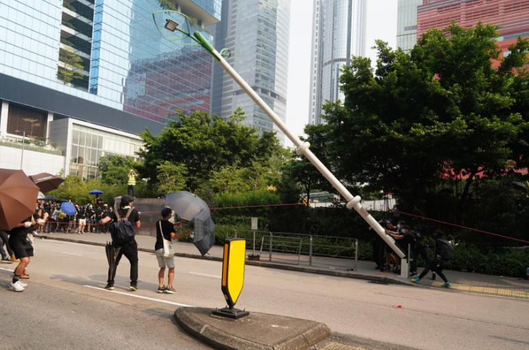 香港特区:强烈谴责示威者暴力行为 警方将追究所有违法行为