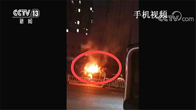 随时可能爆燃 5位路人4分钟内冒险救出两条生命