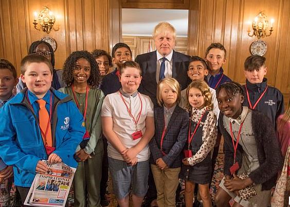 英国首相谈职业规划 想过当摇滚明星、瓷砖设计师……