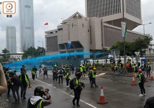 <b>香港警方水炮车出动:发射蓝色水炮 驱散暴徒</b>