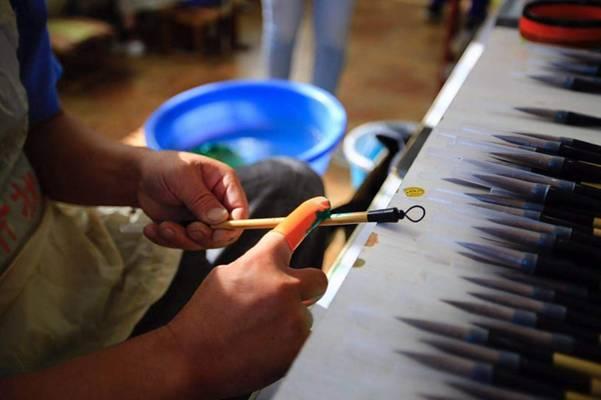 工人正在制作莱州毛笔