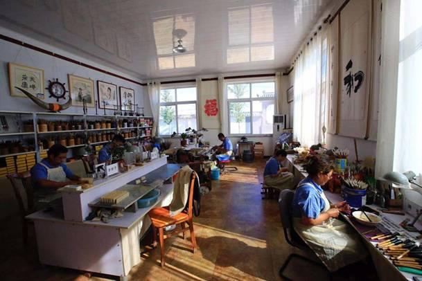 工人们各自其职,正在制作莱州毛笔