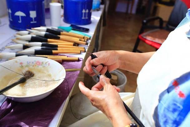 工人正在制作莱州毛笔5