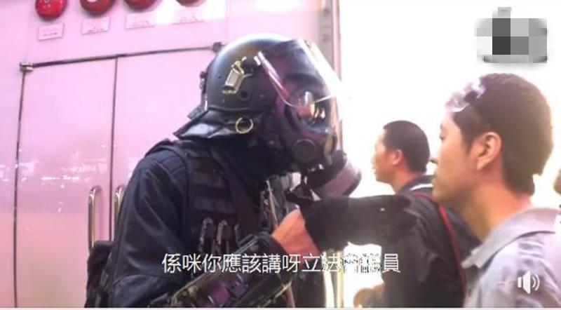 反对派议员扮法律专家支招暴徒 被香港警察一句话当场KO