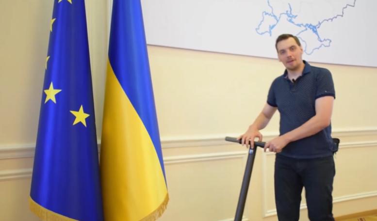 乌克兰政府大楼走廊太长 新总理骑滑板车代步