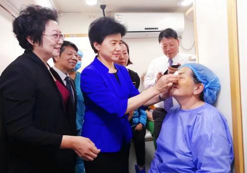 中国红十字会党组书记、常务副会长梁惠玲为蒙古国白内障患者揭开眼罩.jpg
