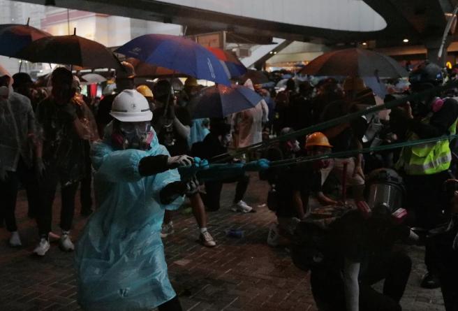 """香港""""双普选""""、紧急法……这场答记者问尖锐,有料!"""
