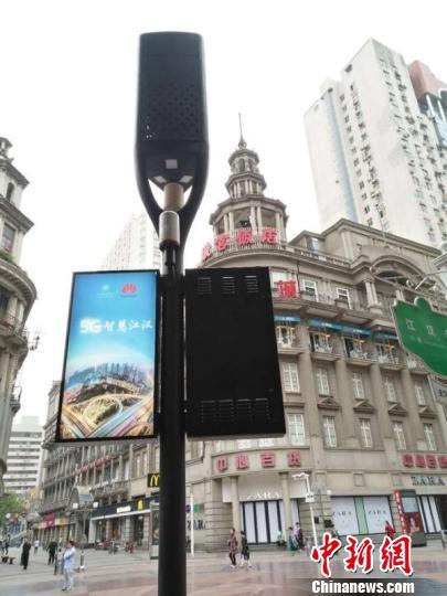资料图,图为在武汉市江汉路步行街投入使用的5G智慧灯杆 王政 摄
