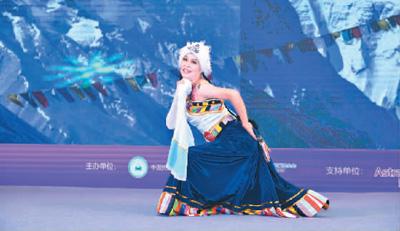 获得藏舞冠军的胡丹正在表演