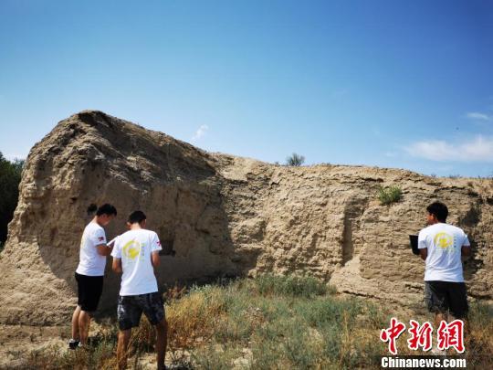 队员前往北庭故城开展测量、结构检测等工作。