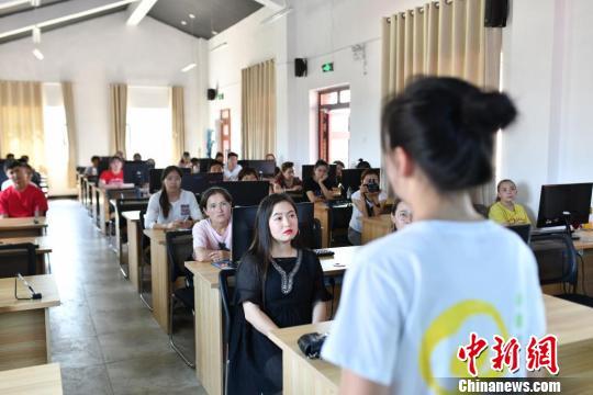 """""""网益助农""""服务队开展农村青年电商创业培训。"""
