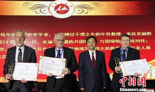 石河子大学表彰为学校的发展做出突出贡献的7名外国友人。 戚亚平 摄