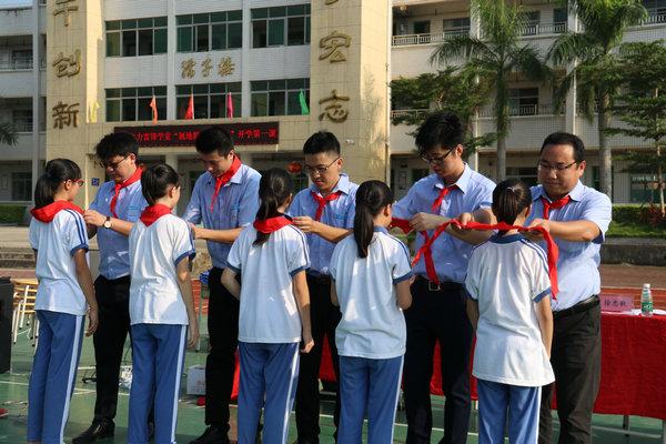 3.中建电力志愿者担任学校校外辅导员,与学生互带红领巾结对子.JPG