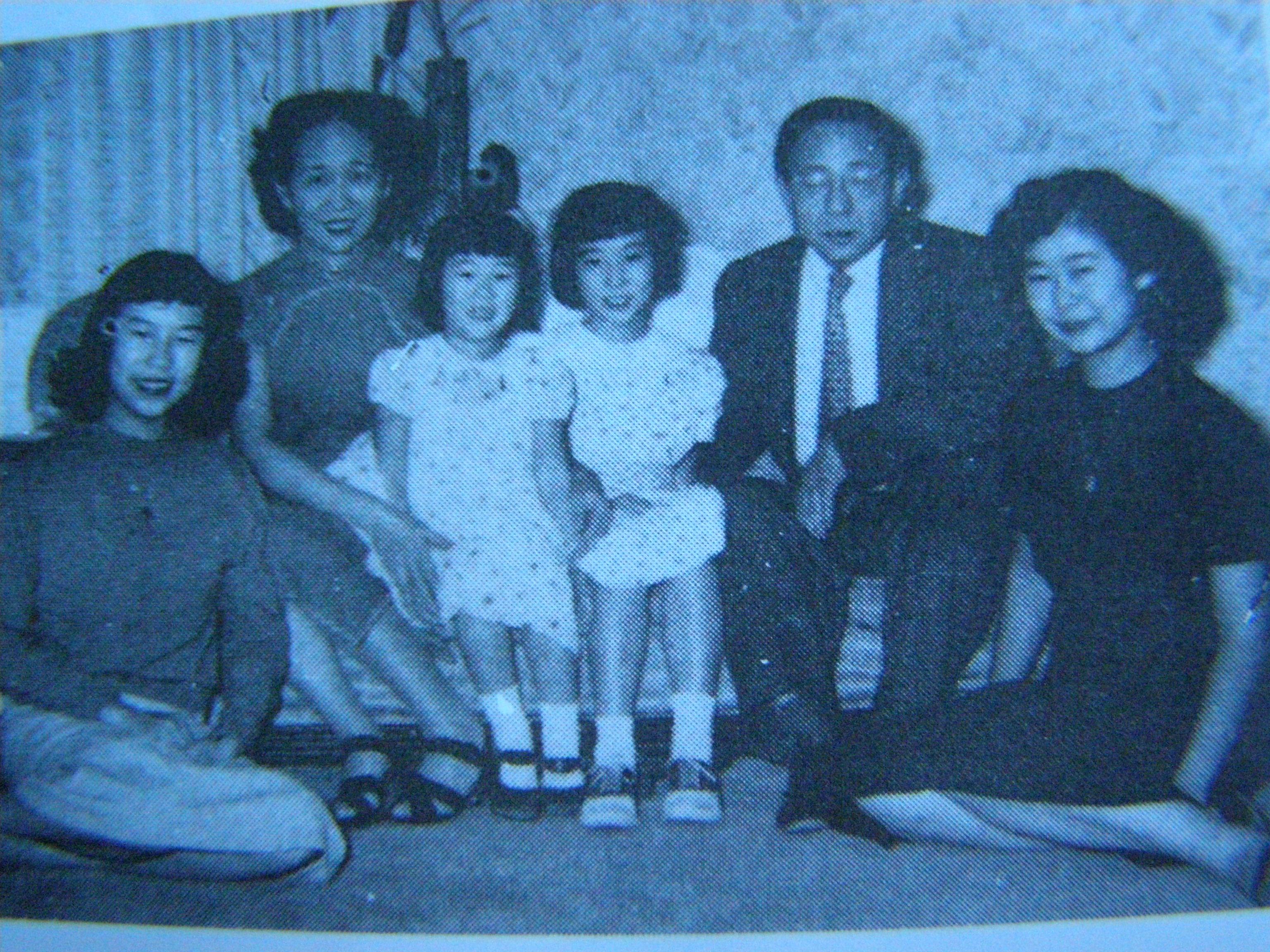 任之恭夫妇和四个女儿.jpg